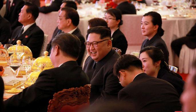 Лидер КНДР Ким Чен Ына и председатель Китая Си Цзиньпин во время официального банкета в Пекине, 28...