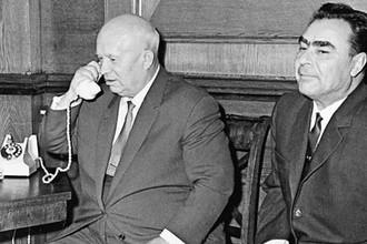 Глава Советского государства Никита Хрущев разговаривает по телефону с космонавтами Комаровым, Феоктистовым и Егоровым, находящимися на орбите на борту космического корабля «Восход».Справа- Леонид Брежнев. 12 октября 1964 года.
