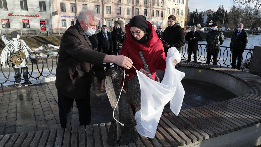 Во время открытия памятника погибшим в пандемию медикам в Петербурге, 3 марта 2021 года