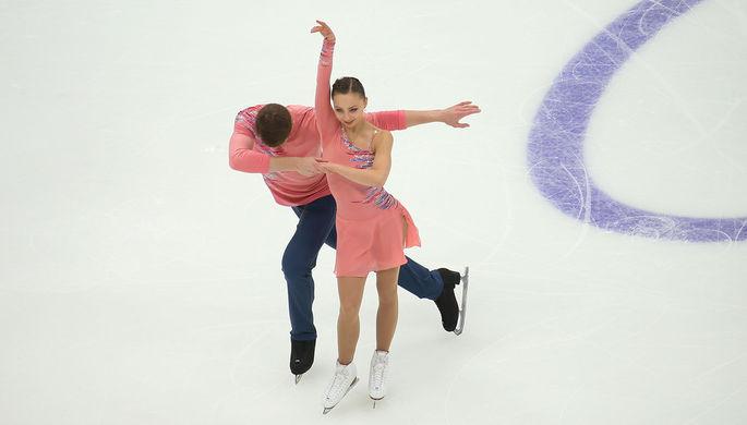 Александра Бойкова и Дмитрий Козловский (Россия) во время исполнения короткой программы на V этапе Гран-при по фигурному катанию в Москве, 15 ноября 2019 года