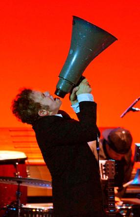 Американский певец и автор песен Том Уэйтс на сцене Hammersmith Apollo в Лондоне, 2004 год
