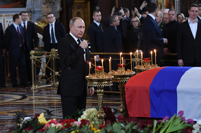 Президент России Владимир Путин во время церемонии прощания с бывшим мэром Москвы Юрием Лужковым в храме Христа Спасителя, 12 декабря 2019 года