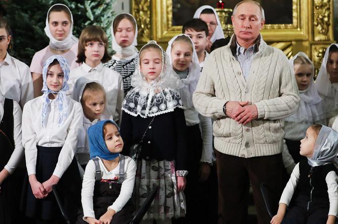Президент России Владимир Путин во время праздничного богослужения по случаю Рождества Христова в Спасо-Преображенском соборе в Санкт-Петербурге, 7 января 2020 года