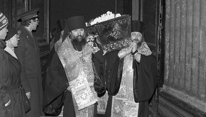 Церемония передачи мощей Серафима Саровского Русской православной церкви в Санкт-Петербурге, 1991 год