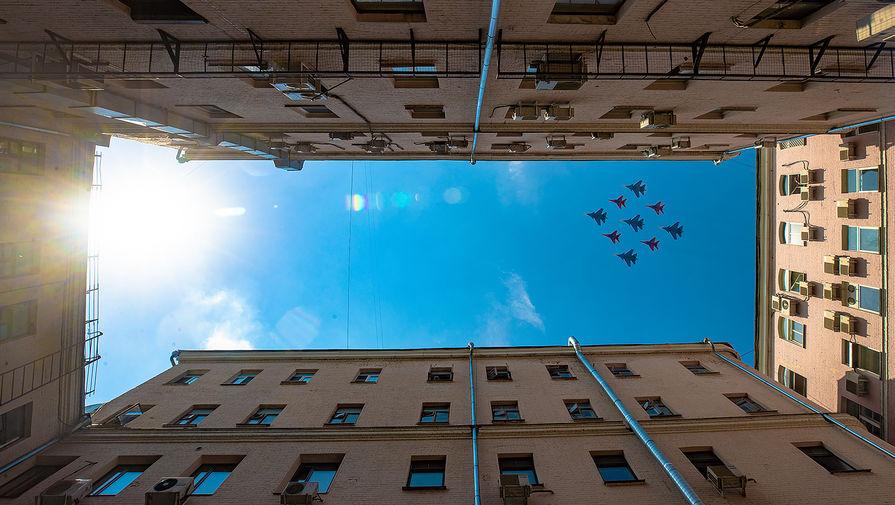 Истребители МиГ-29 и Су-30СМ пилотажных групп «Русские витязи» и «Стрижи» во время генеральной репетиции воздушной части парада в честь 75-летия Победы в Великой Отечественной войне в Москве, 2020 год