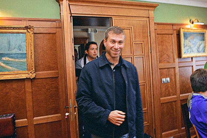 2003 год. Роман Абрамович перед пресс-конференцией для английских журналистов