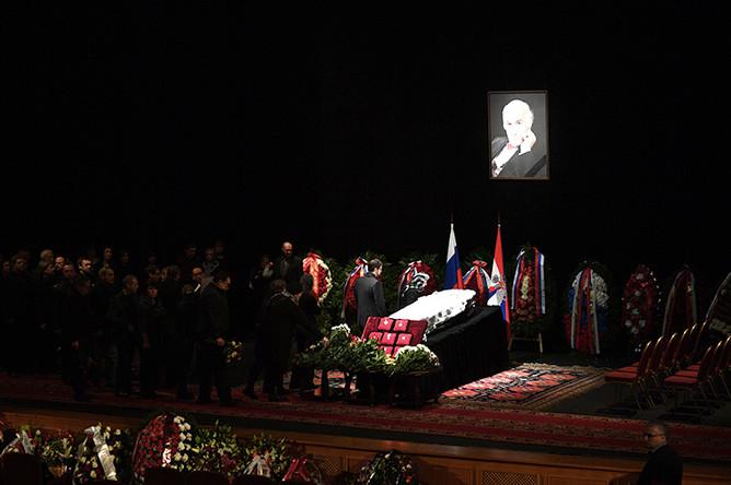 Церемония прощания с Владимиром Зельдиным, которая проходит на главной сцене Театра Российской армии в Москве