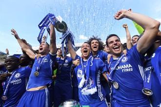 Футболисты «Челси» с трофеем чемпионов Англии