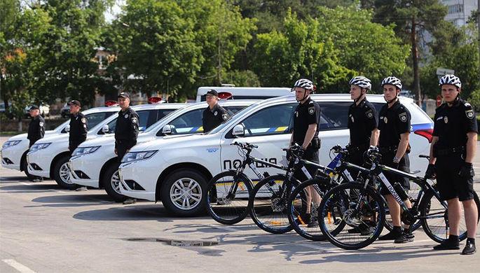 Электромобили украинской полиции Mitsubishi Outlander PHEV и велопатруль во время мероприятия в Белой Церкви, 30 мая 2017 года