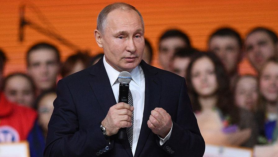 Президент России Владимир Путин на форуме студенческих клубов «Вместе вперед!» в Казани...