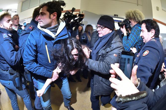 Активистка Femen на избирательном участке, где планировал голосовать Сильвио Берлускони, Италия, 4 марта 2018 года