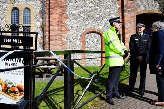Британский премьер Тереза Мэй в Солсбери около паба The Mill, недалеко от которого были найдены в состоянии интоксикации экс-полковник ГРУ Сергей Скрипаль и его дочь Юлия, 15 марта 2018 года