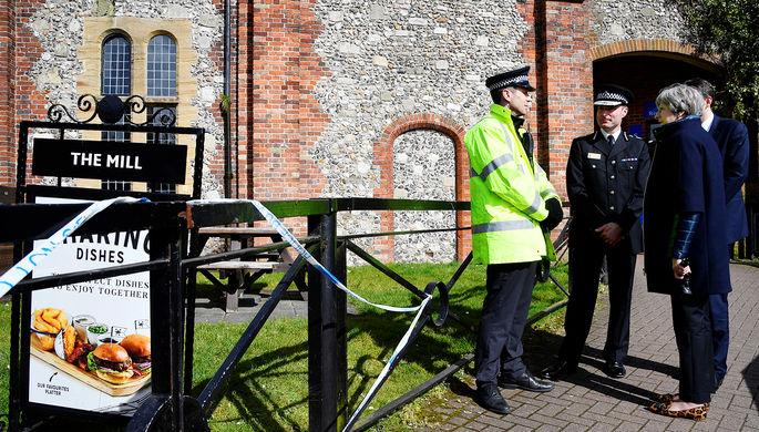 Британский премьер Тереза Мэй в Солсбери около паба The Mill, недалеко от которого были найдены в...