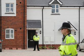 Сотрудники британской полиции около оцепленной территории после инцидента с отравлением в Эймсбери, 4 июля 2018 года