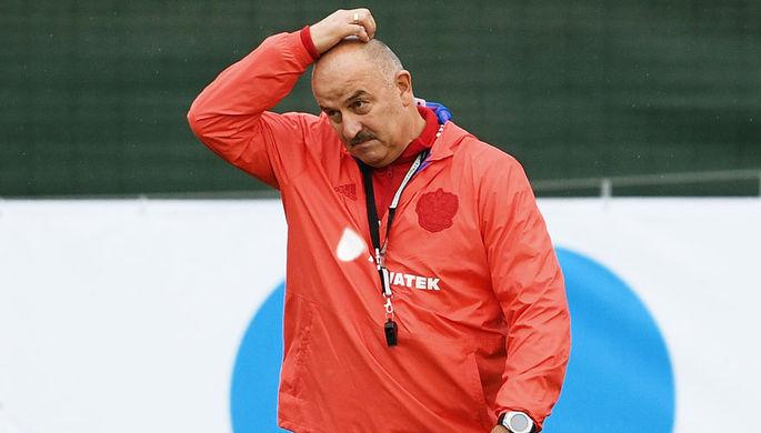 Главный тренер сборной России Станислав Черчесов на тренировке перед матчем Лиги Наций против сборной Турции, 3 сентября 2018 года
