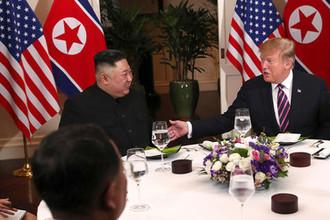 Высший руководитель КНДР Ким Чен Ын и президент США Дональд Трамп во время ужина в ходе саммита во вьетнамском Ханое, 27 февраля 2019 года