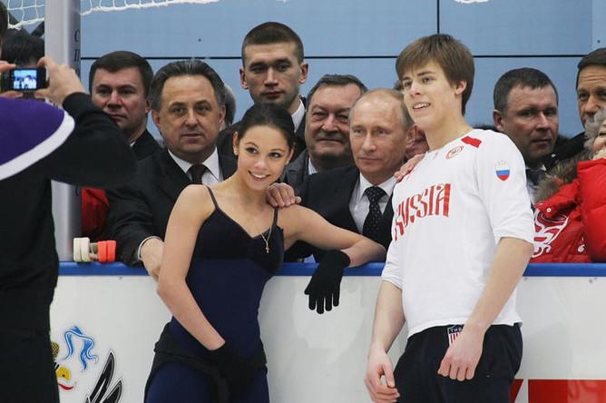 Владимир Путин фотографируется с фигуристами Еленой Ильиных и Никитой Кацалаповым во время посещения учебно-тренировочного центра «Новогорск», 2011 год