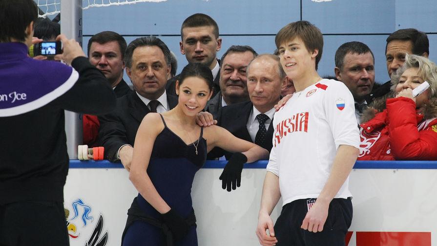Владимир Путин фотографируется сфигуристами Еленой Ильиных и Никитой Кацалаповым во время посещения учебно-тренировочного центра «Новогорск», 2011 год