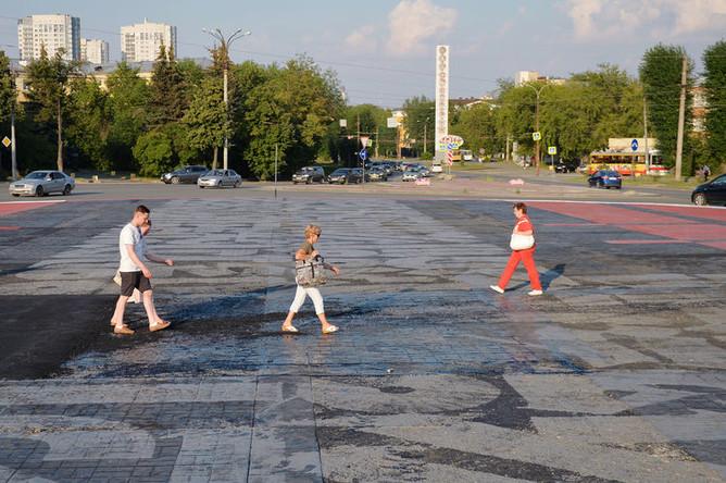 Граффити «Супрематический крест» на площади Первой пятилетки в Екатеринбурге, 19 июля 2019 года
