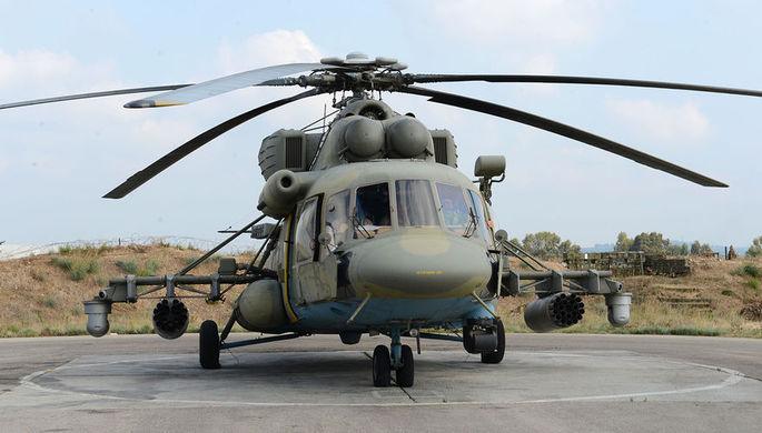 Группа российских экспертов и журналистов была доставлена в Пальмиру на двух вертолетах Ми-8АМТШ ВКС России. На снимке — Ми-8АМТШ на вертолетной площадке авиабазы Хмеймим