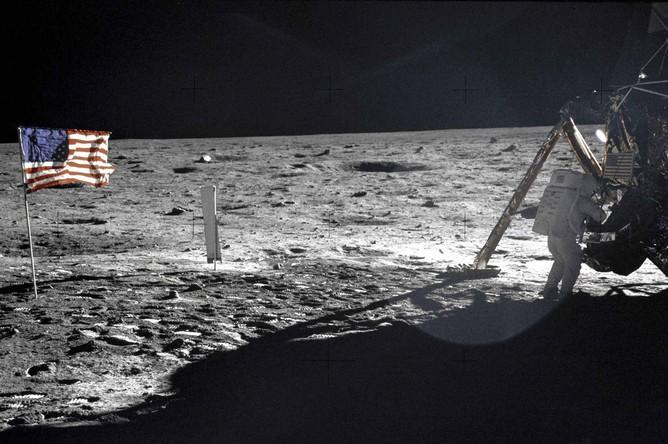 Нил Армстронг на Луне рядом с модулем «Eagle», 20 июля 1969 года.