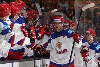 Только что Павел Бучневич (на переднем плане) забросил третью в матче шайбу