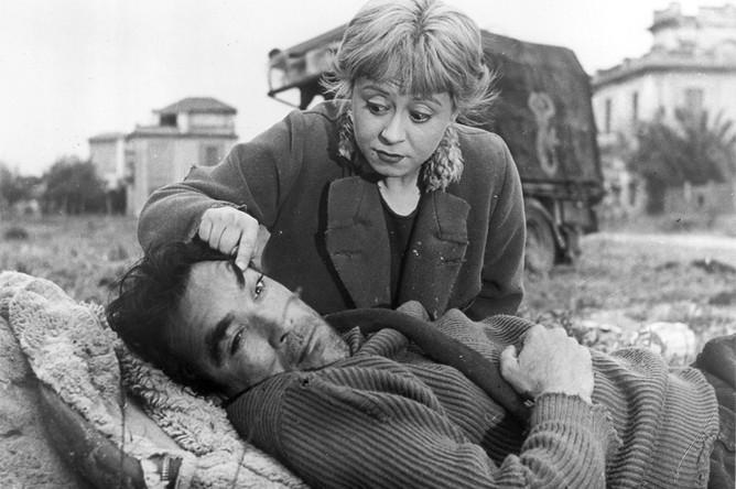 Кадр из фильма «Дорога» (1954). Свой первый фильм — «Огни варьете» — Феллини снял в 1950-м, потом последовало еще несколько картин, каждая из которых добавляла молодому режиссеру известности — так, «Маменькины сынки» (1953) получили «Серебряного льва» в Венеции и были номинированы на «Оскар» за сценарий. Но после вышедшей в 1954 году «Дороги» Феллини в самом деле проснулся знаменитым — эта картина о цирковых артистах (она перекликается с «Огнями варьете») была отмечена «Серебряным львом», а в 1957-м получила «Оскар» как лучший иностранный фильм.