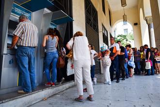 Очередь в банкомат в греческом городе Тесалоники