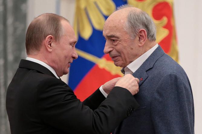 Президент России Владимир Путин и актер Валентин Гафт (слева направо), награжденный орденом «За заслуги перед Отечеством» IV степени, во время церемонии вручения государственных наград в Кремле