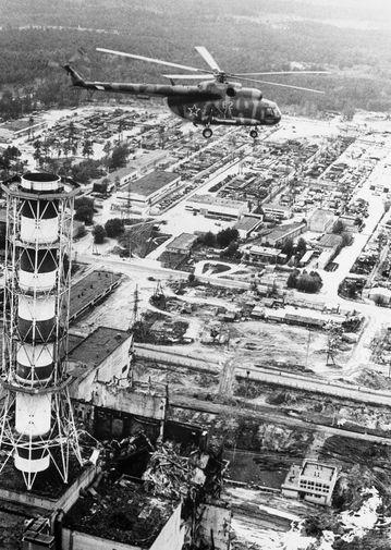 Вертолет производит радиологические измерения над зданием Чернобыльской АЭС после катастрофы, май 1986 год