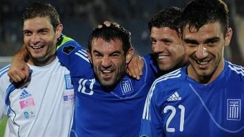 Греки празднуют выход на Евро-2012