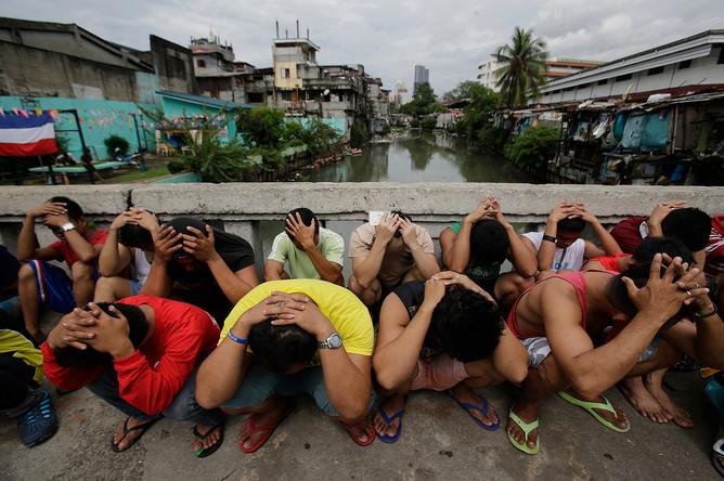 Люди, задержанные в ходе операции в рамках продолжающейся кампании «Война с наркотиками» президента Филиппин Родриго Дутерте в Маниле, 7 октября 2016 г.