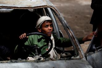 Дети играют в брошенной машине во дворе учреждения для сирот в Сане, Йемен, 18 февраля 2017 года