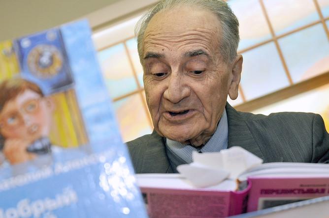 Писатель Анатолий Алексин во время встречи с читателями в Москве, 2010 год