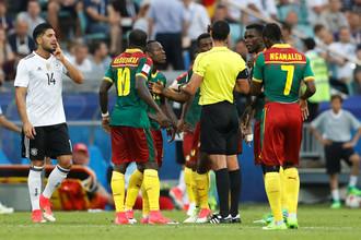 Футболисты сборной Камеруна пытаются оспорить решение судьи в матче Кубка конфедераций с Германией