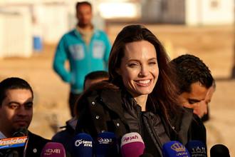 Анджелина Джоли во время встречи с беженцами из Сирии в Иордании, 28 января 2018 года