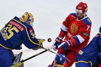 Вратарь сборной Швеции Магнус Хелльберг и россиянин Антон Белов