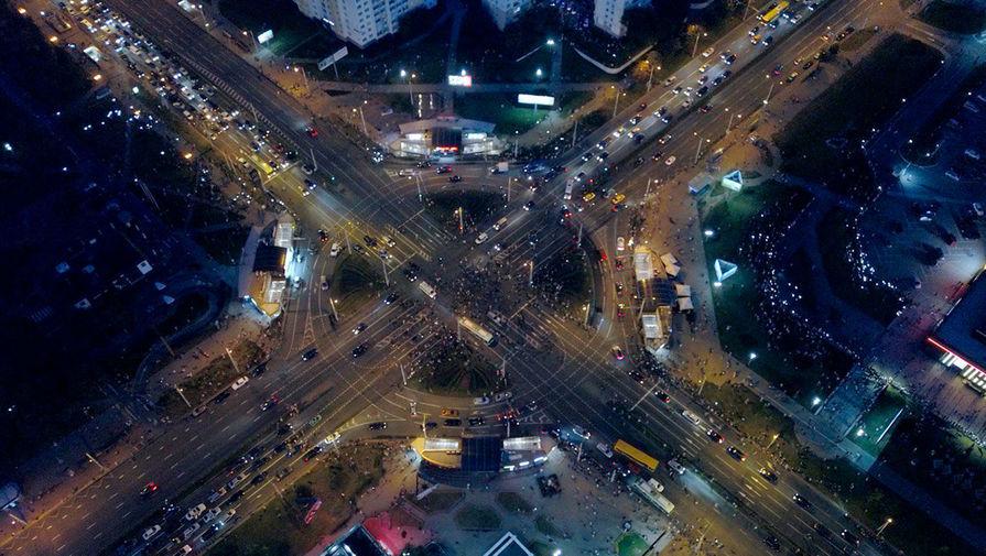 Участники акций протеста в Минске во вторую ночь после выборов президента Белоруссии, 10 августа 2020 года