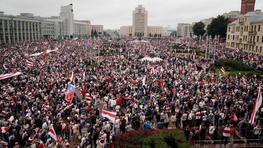 Участники акции протеста против результатов выборов в Белоруссии на площади Независимости напротив Дома правительства в Минске, 23 августа 2020 года