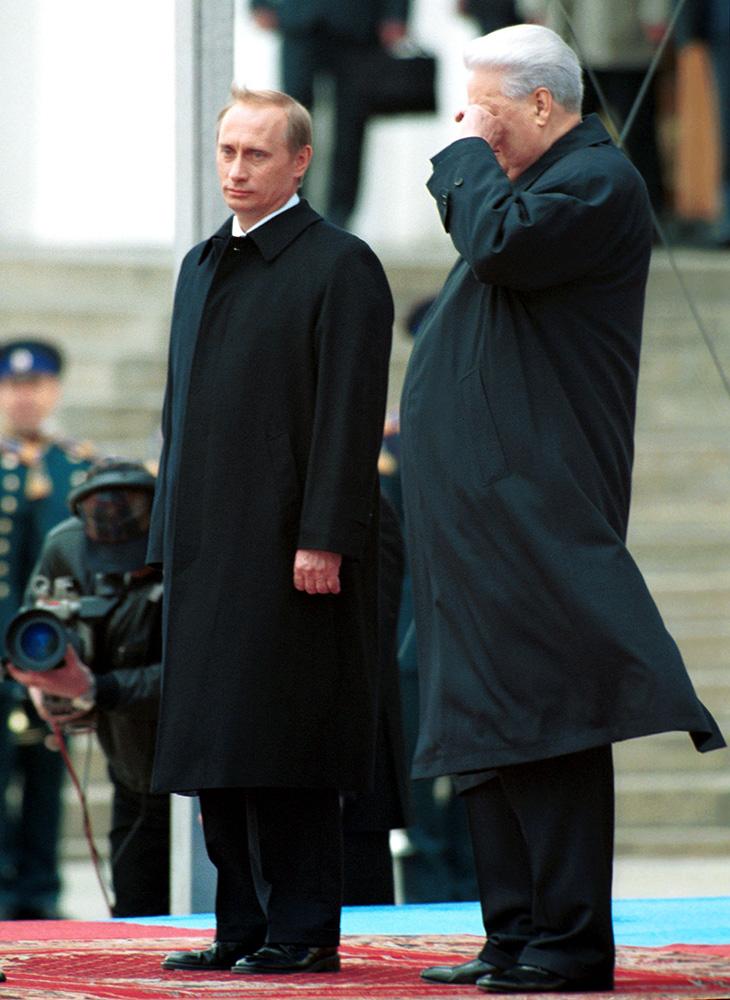 7 мая 2000 года. По окончании церемонии инаугурации в Большом Кремлевском дворце новый президент России Владимир Путин и первый президент России Борис Ельцин вышли на Соборную площадь (Александр Чумичев/ТАСС)