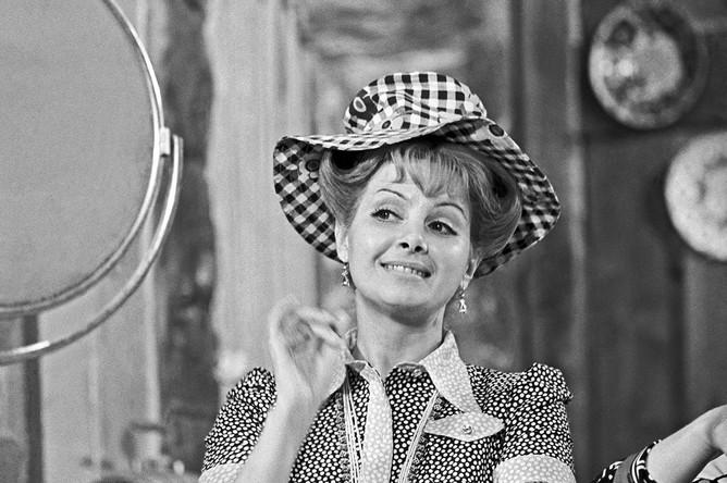 Первый выпуск «Кабачка» вышел 16 января 1966 года. На фото — актриса Валентина Шарыкина в роли официантки пани Зоси