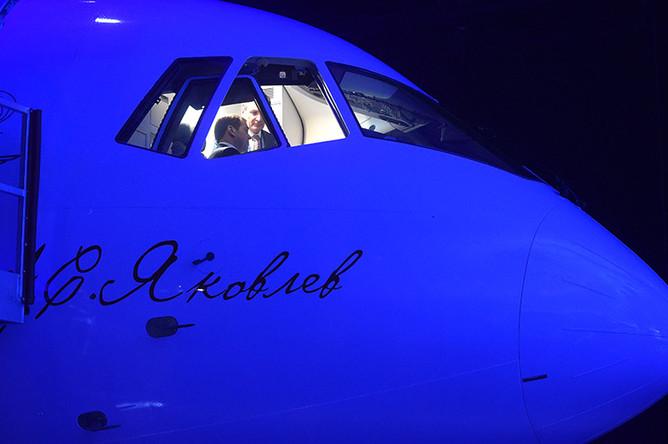 Председатель правительства РФ Дмитрий Медведев во время осмотра магистрального самолета МС-21-300