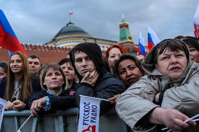 Зрители во время праздничного концерта на Красной площади, посвященного Дню России