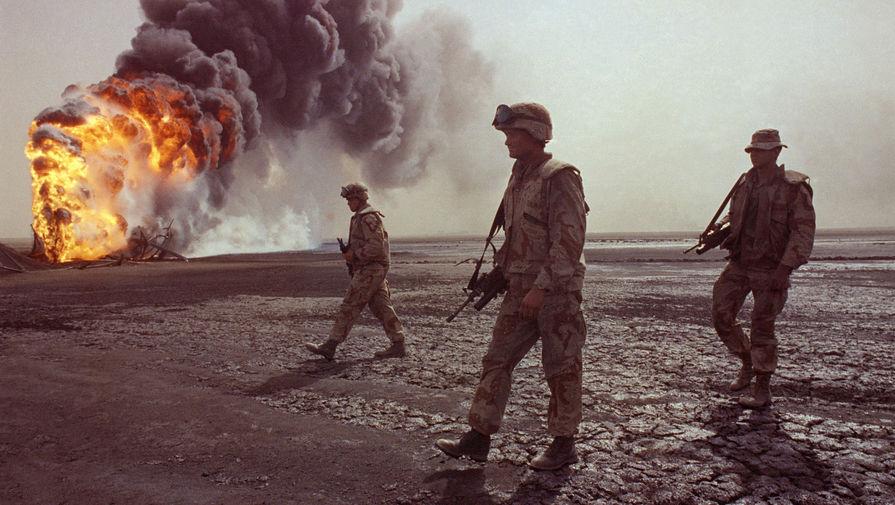 Патруль морской пехоты США рядом с горящей скважиной в окрестностях Кувейта, 7 марта 1991