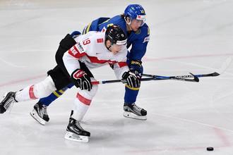 Игрок сборной Швейцарии Рето Шеппи в борьбе с Виктором Раском