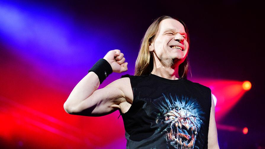 Лидер группы «Ария» Валерий Кипелов во время концерта в Москве, 2015 год