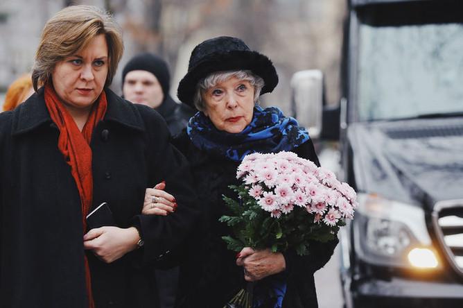 Актриса Вера Васильева (справа) с крестной дочерью Дарьей Милославской перед началом церемонии прощания с актером Сергеем Юрским у здания театра имени Моссовета, 11 февраля 2019 года