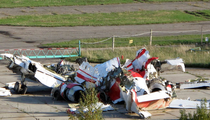 Обломки самолета Леха Качиньского в аэропорту Смоленска, октябрь 2010 года