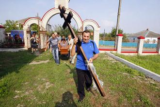 Жители Крымска хоронят погибших в результате наводнения