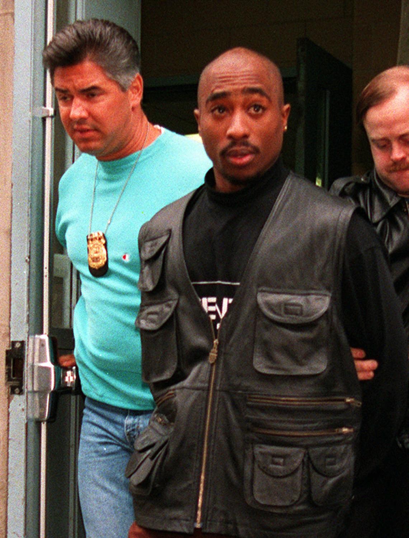В ноябре 1993 года Тупак Шакур был арестован по обвинению в изнасиловании молодой чернокожей девушки Аянны Джексон, с которой познакомился на дискотеке в клубе Nell